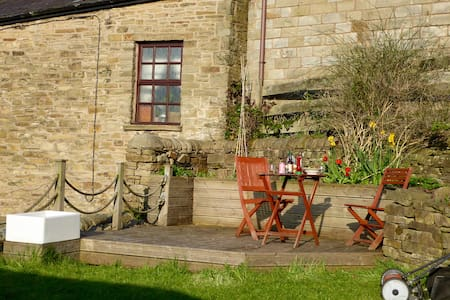 Pretty retreat by the Peaks, cosy getaway cottage - Bollington - House