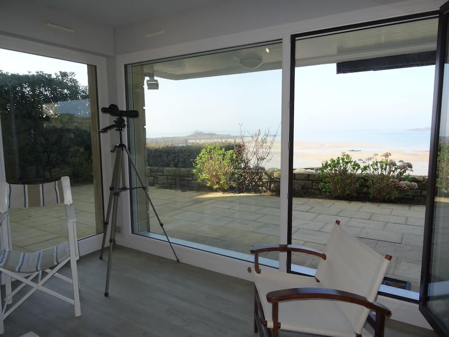 Salon ouvert sur terrasse vue sur mer
