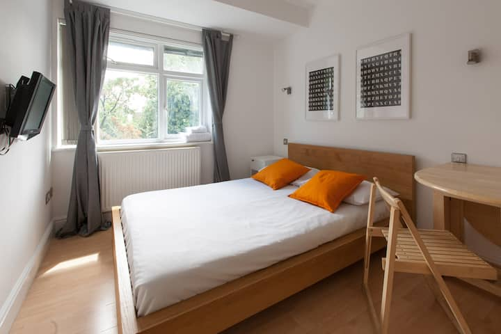 Ensuite room in Thirsk Road by DC London Rooms R4