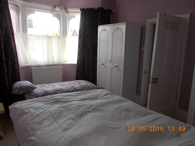Large Dble room, sleeps 2-3 short walk to Beach. - Clacton-on-Sea - Leilighet