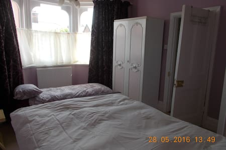 Large Dble room, sleeps 2-3 short walk to Beach. - Clacton-on-Sea - Apartment