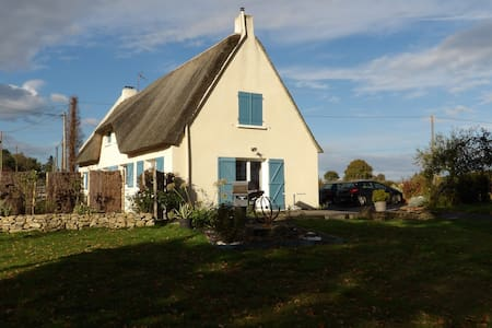 Thatched cottage between strolls and bathings - Férel