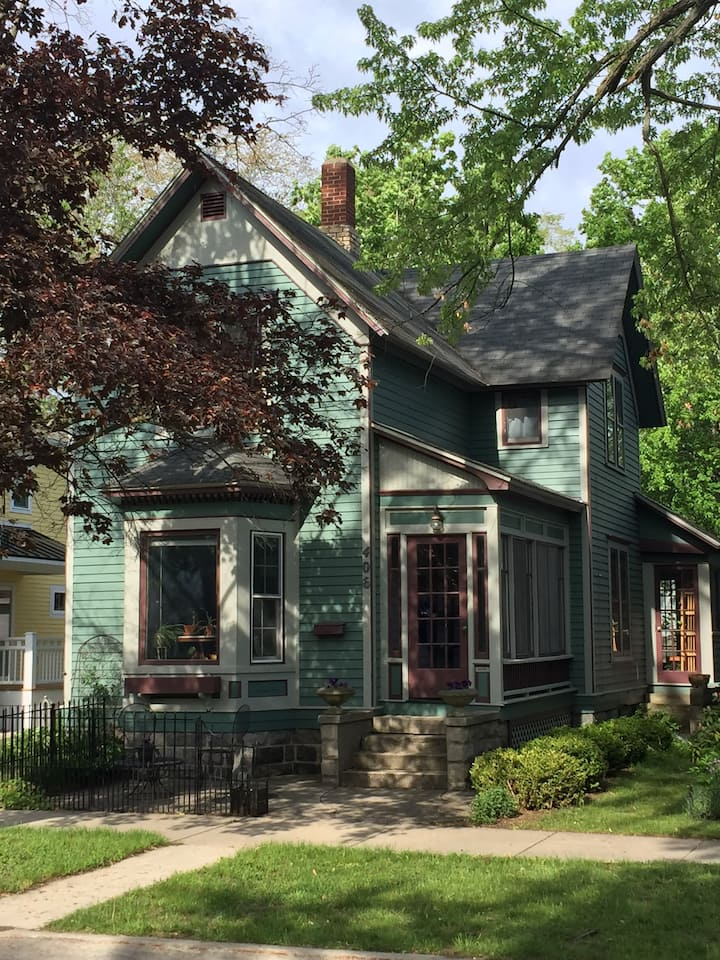 The Baby Grand - A Beautiful Downtown TC Home