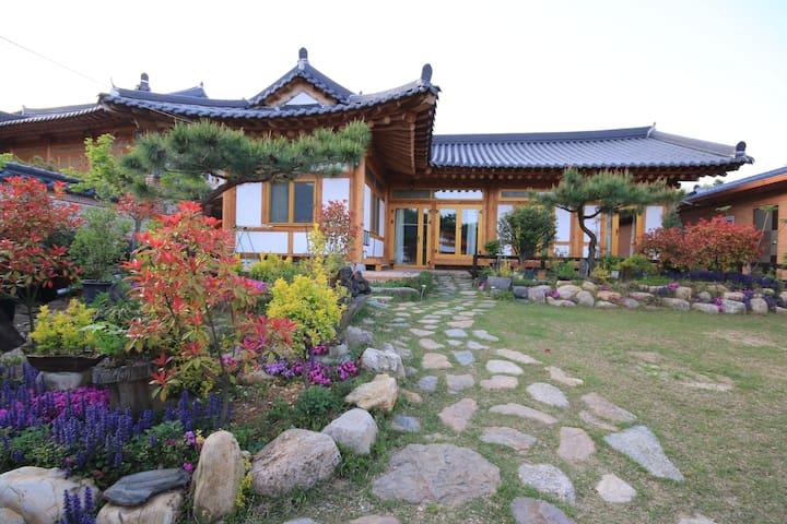 초록방  -  소나무 황토 숯으로만 지은 친환경 한옥주택에서 힐링하세요