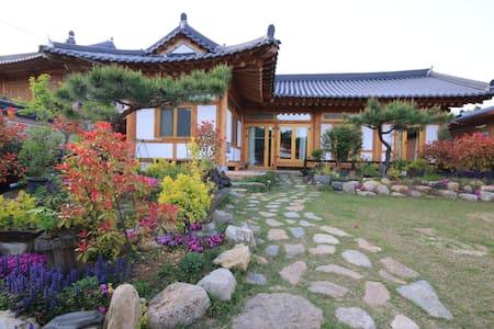 초록방  -  소나무 황토 숯으로만 지은 친환경 한옥주택에서 힐링하세요 - Noan-myeon, Naju-si