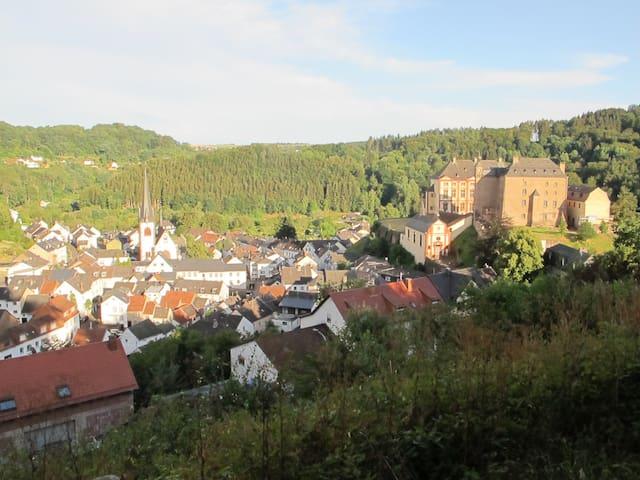 Schöner Ort zwischen den bewaldeten Hügeln