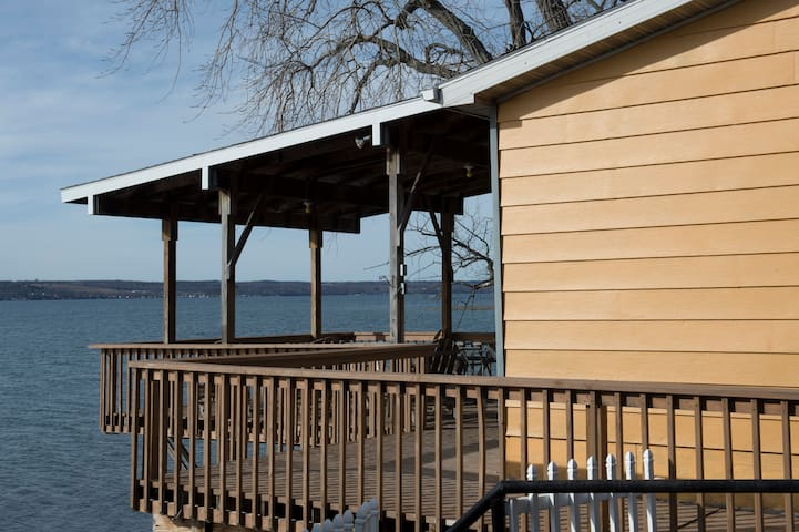 HECK-OF-A-DECK LAKEHOUSE - Aurora - House