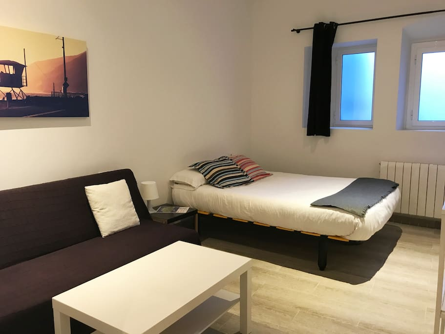 Big double room with sofa bed and private bathroom. FAST WIFI & Heating