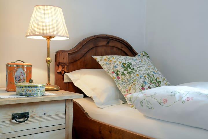 Einzelbett mit Lampe