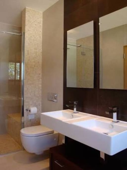 Spacious clean bathrooms with hot & cold water 24/7