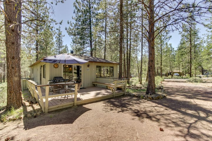 Comfortable family-friendly Sunriver retreat, dogs okay! Free SHARC access!