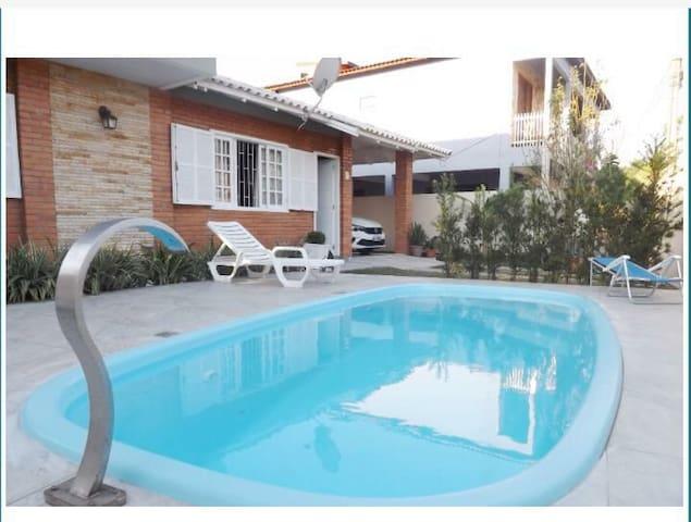 Casa com piscina na praia de Ponta das Canas