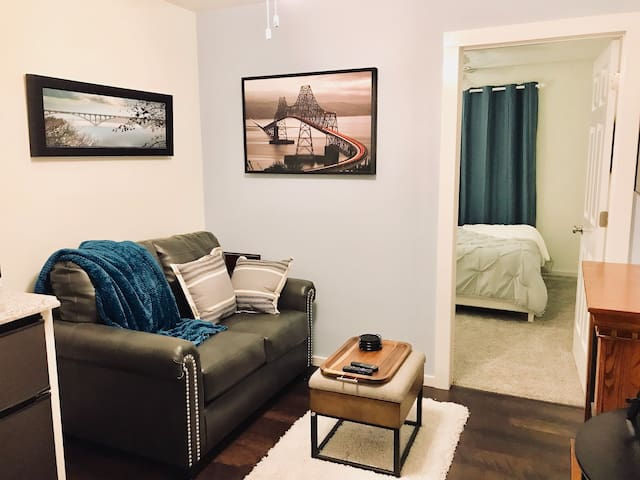 Cozy & private, near airport, parks & downtown