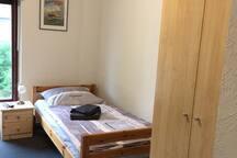 gemütliches Bett, geräumiger Schrank