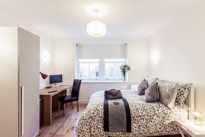 2141 reviews NEW - Covent Garden Studio Apartment