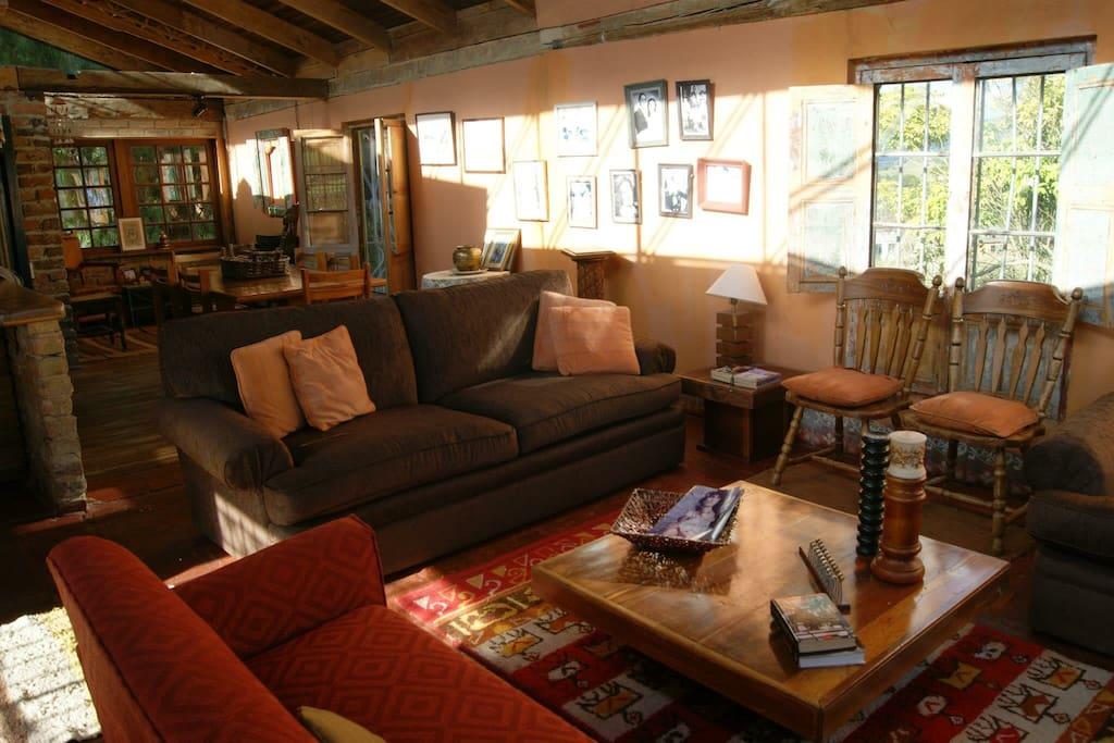 Sala con sofás muy cómodos para disfrutar del calor de la chimenea y el paisaje natural y silencioso