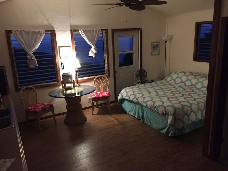 studio apartment with private bath and kitchenette bungalows for rent in captain cook hawaii. Black Bedroom Furniture Sets. Home Design Ideas