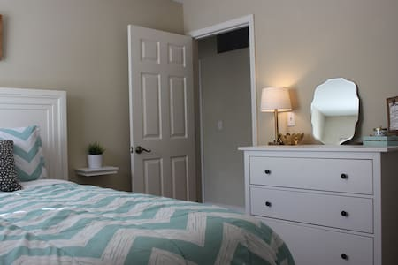 Clean, comfy room near Jax. Homey, quiet, & cozy. - orange park - Huis
