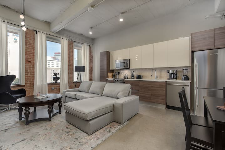 Brand New 1BD+GYM+POOL+FREE VALET PARKING