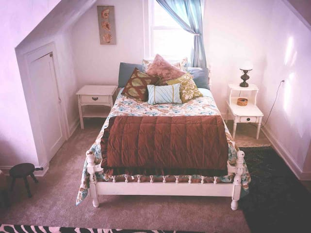 Starfish Room in Remodeled 1940's old Church home