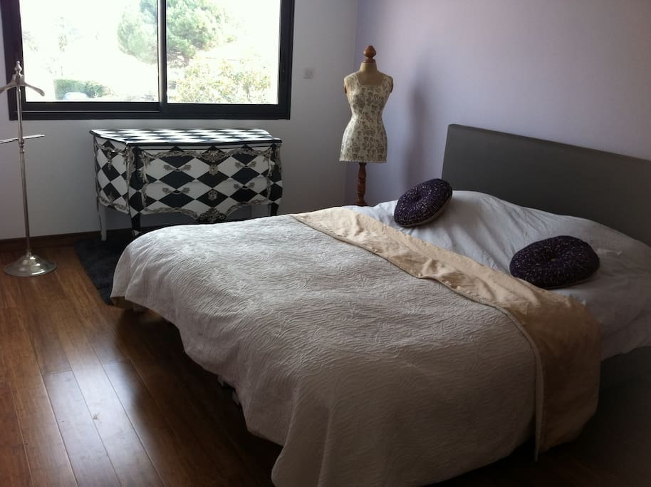 Chambre avec un lit king size