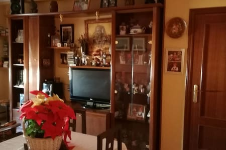 Se alquila habitación en La Rinconada - La Rinconada, Andalucía, ES - 公寓