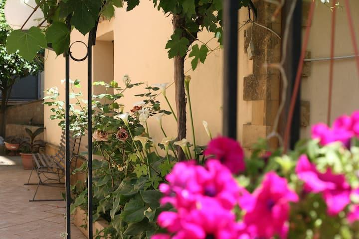 """Appartamento B&B con giardino"""" A casa di Gesuè"""""""