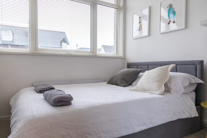 Fantastic Private Rooms -  Town Centre Apartment