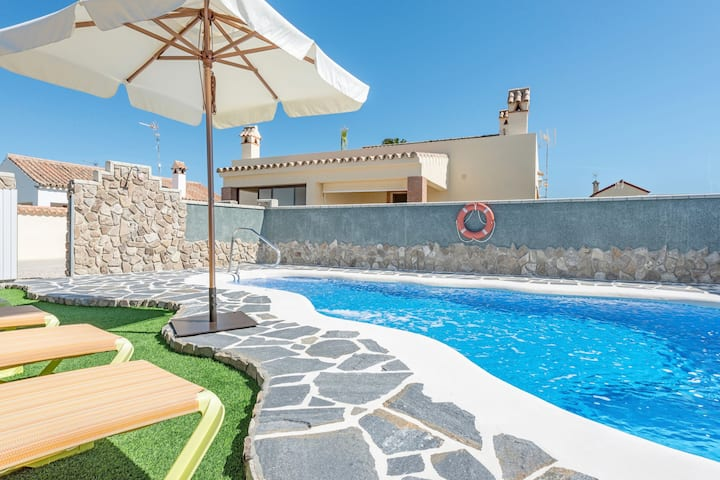 Air-Conditioned Apartment Close to the Beach with Pool, Terrace, Garden & Wi-Fi; Parking Available