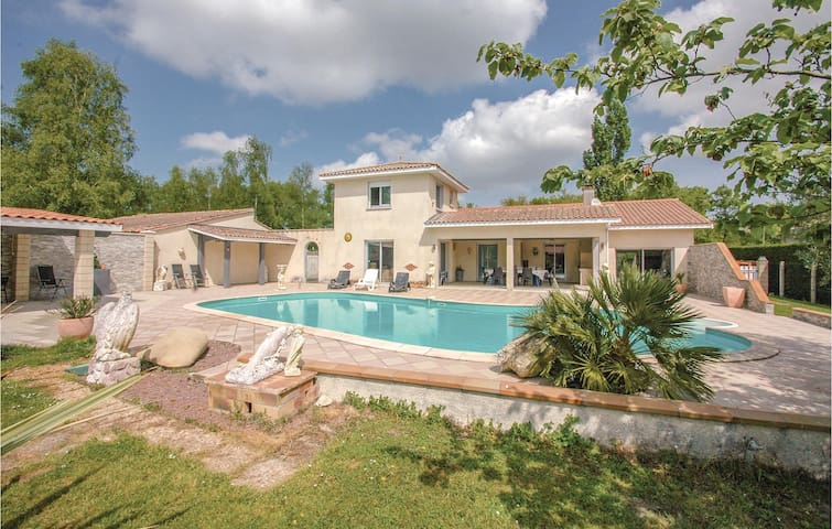 Holiday cottage with 4 bedrooms on 170m² in Saint-Vivien-de-Medoc