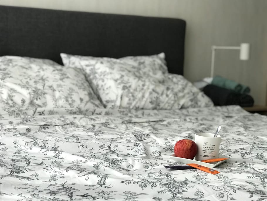King size bed, fresh bedsheets. Have a refreshing nights sleep!