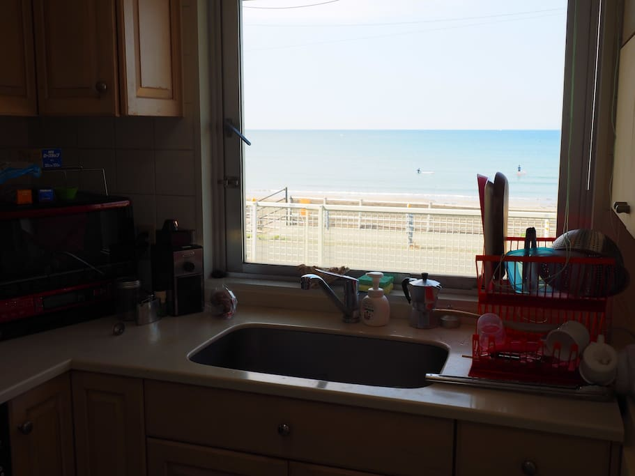キッチンから海が見えます!料理が楽しみになります・