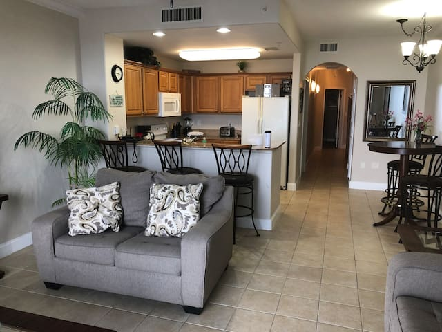 !!Beautiful Lake/Pool View Condo Next to Disney!!