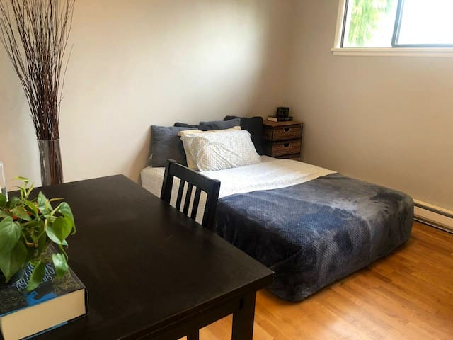Cozy Master Bedroom•full kitchen•bathroom•washer