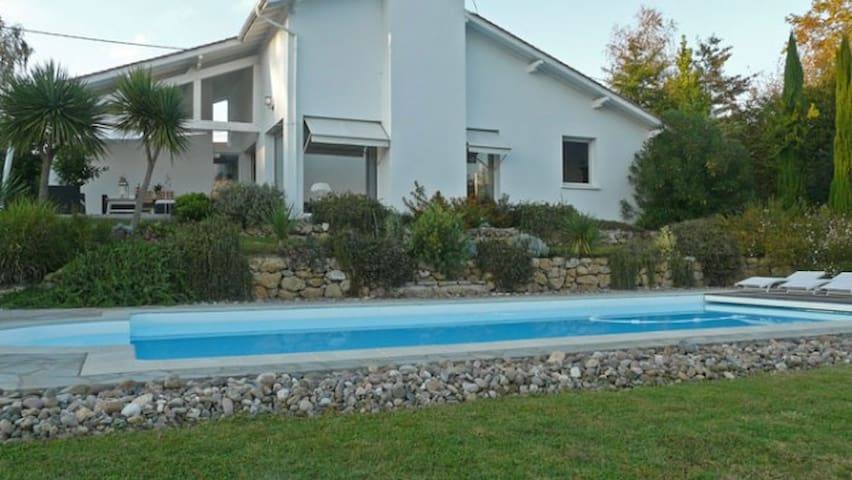 Vue montagne, piscine et tranquilité - Arbonne - Villa