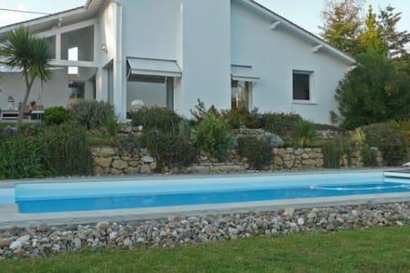 Vue montagne, piscine et tranquilité - Arbonne