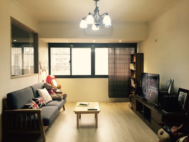 LightHouse簡約木頭輕工業專屬私人公寓-提供停車位/近機場/家庭/團遊/出差