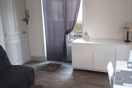 Jolie appartement F1 bis - Vichy - Byt