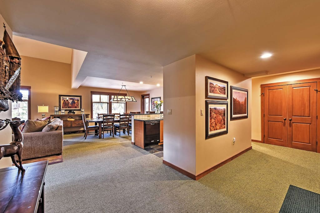 The spacious interior of this 3-bed, 3-bath vacation rental condo sleeps 8.