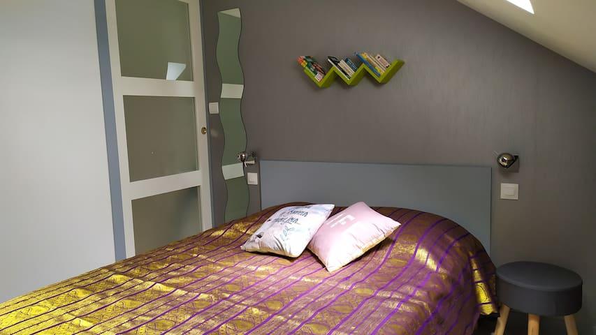 La chambre à l'étage isolée par une porte à galandage .