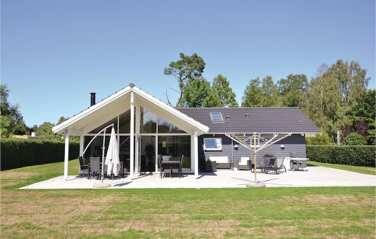 Holiday cottage with 4 bedrooms on 138 m² in Dronningmølle