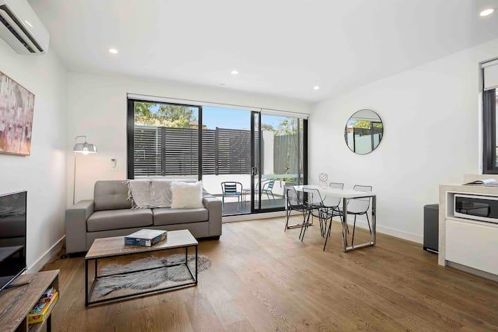 Domi Rentals - The Balaclava Apartment