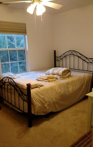 Elegant, sunny room, queen bed, desk, recliner - Bedminster Township