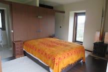 Suite: Cama de casal, closet e quarto de banho privado