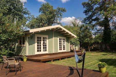 Fosse Cabin: wooden cabin in a small orchard