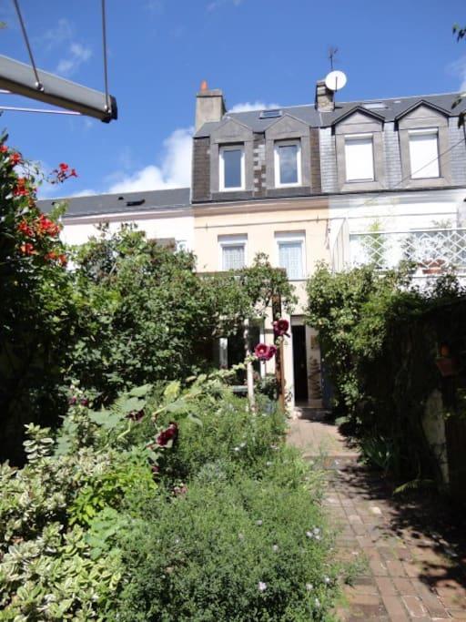 maison de p cheur un nid de verdure dans la ville maisons louer le havre normandie france. Black Bedroom Furniture Sets. Home Design Ideas
