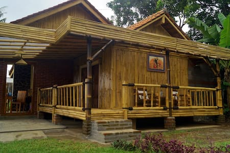 Beautiful Bale Bamboo for Backpacker only - Sukasada - Bed & Breakfast