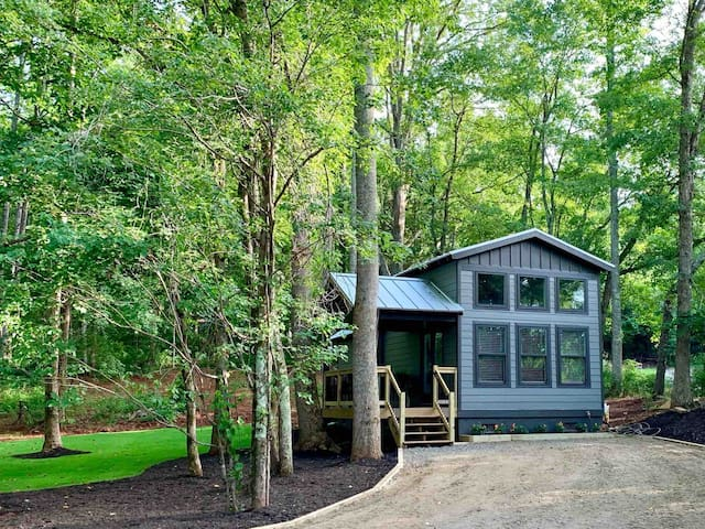 Modern Cabin * tiny house *  Retreat In the woods