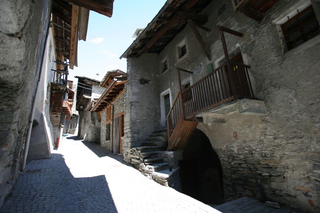 Il borgo e sulla destra la volta per accedere all'appartamento