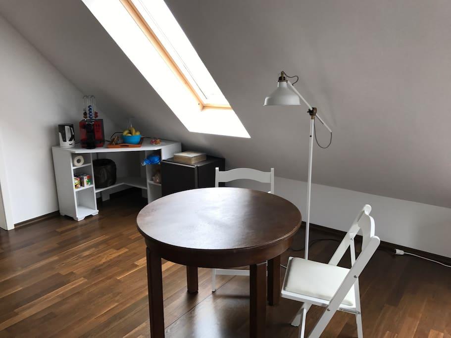 Arbeits-/Essbereich, Kaffee-/Teestation, Kühlschrank